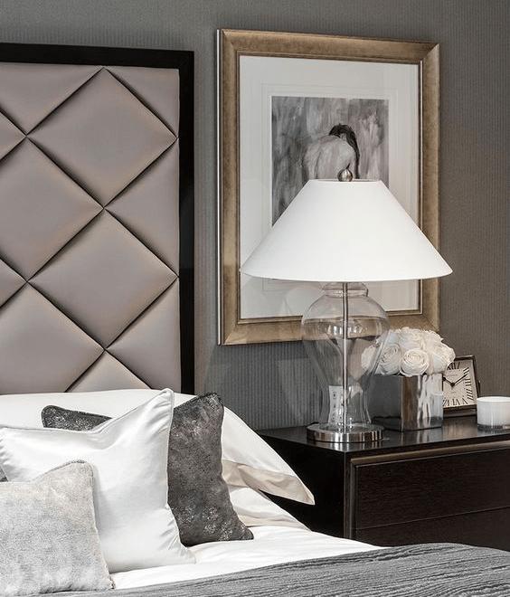 Szklana lampa stołowa do sypialni lub salonu z białym stożkowatym abażurem