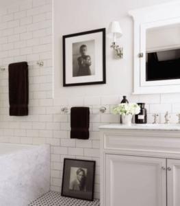 łazienka w stylu nowojorskim z białym kinkietem