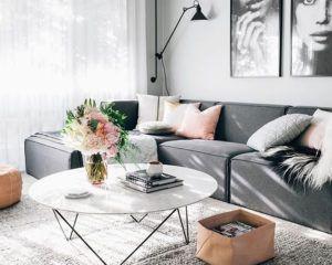 szara kanapa i lampa podłogowa w stylu skandynawskim
