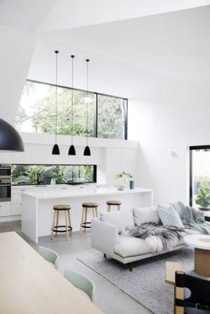 salon w stylu skandynawskim - czarne lampy wiszące