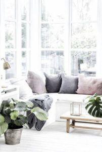 siedzisko przy oknie styl skandynawski - lampa stołowa