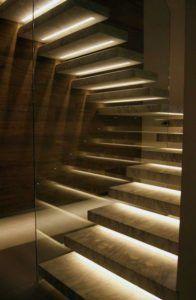 podświetlane schody paskami ledowymi