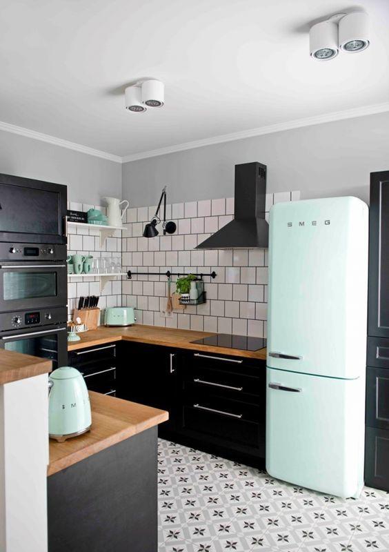 pastele i czerń w nowoczesnej kuchni