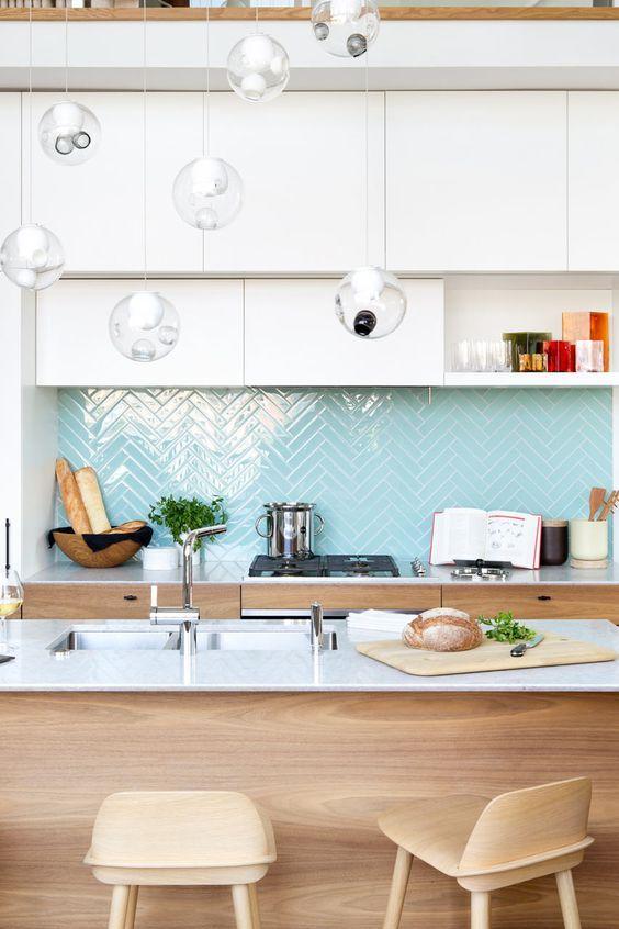 nowoczesna kuchnia z pastelowymi elementami szklane lampy
