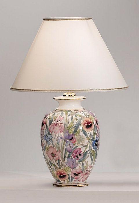 lampa z szeroką podstawą w kwiaty