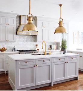 industrialne lampy w klasycznej kuchni