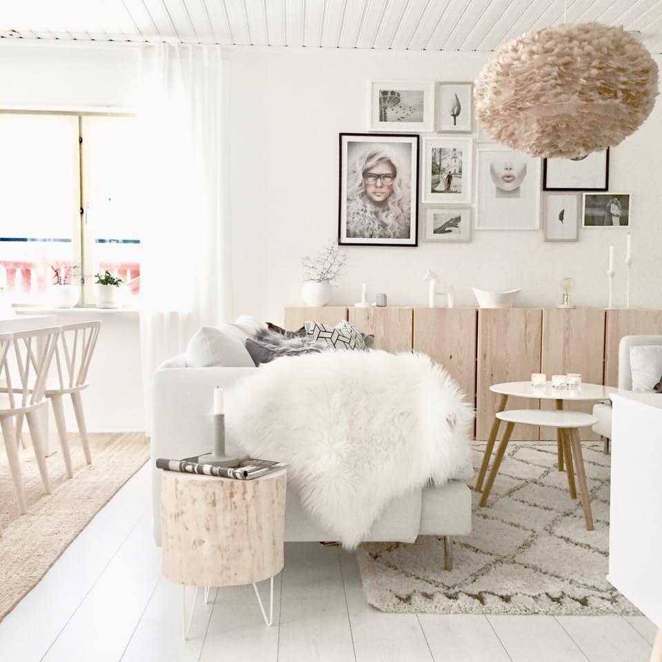 ruda lampa z piór nad stolik kawowy do salonu