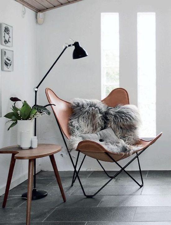 czarna lampa podłogowa nad fotel do czytania książek