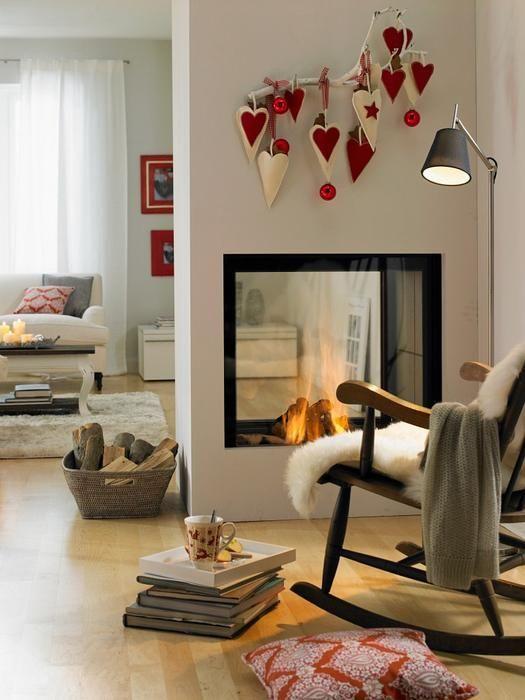 srebrna lampa podłogowa z czarnym kloszem do czytania obok kominka