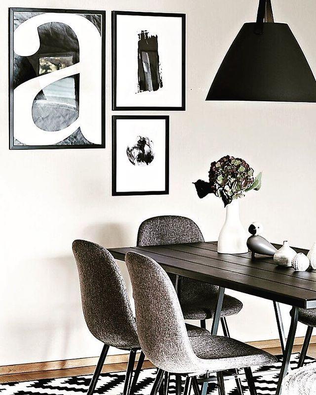 piękna czarna lampa wisząca nad stół do jasnych ścian