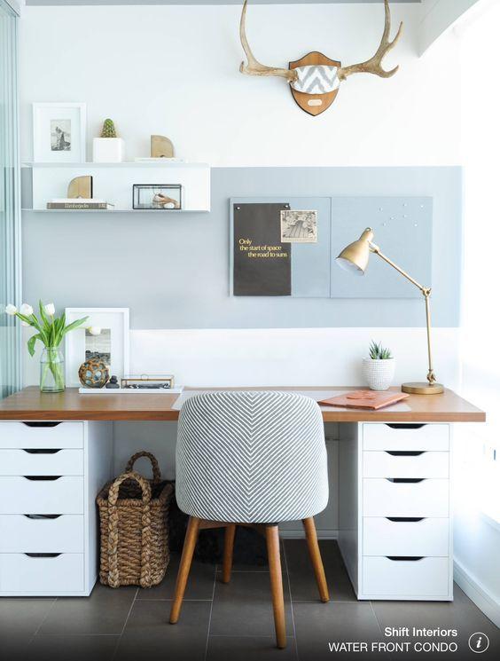 lampa stołowa ruda do biura ze stołem i drewnianym blatem
