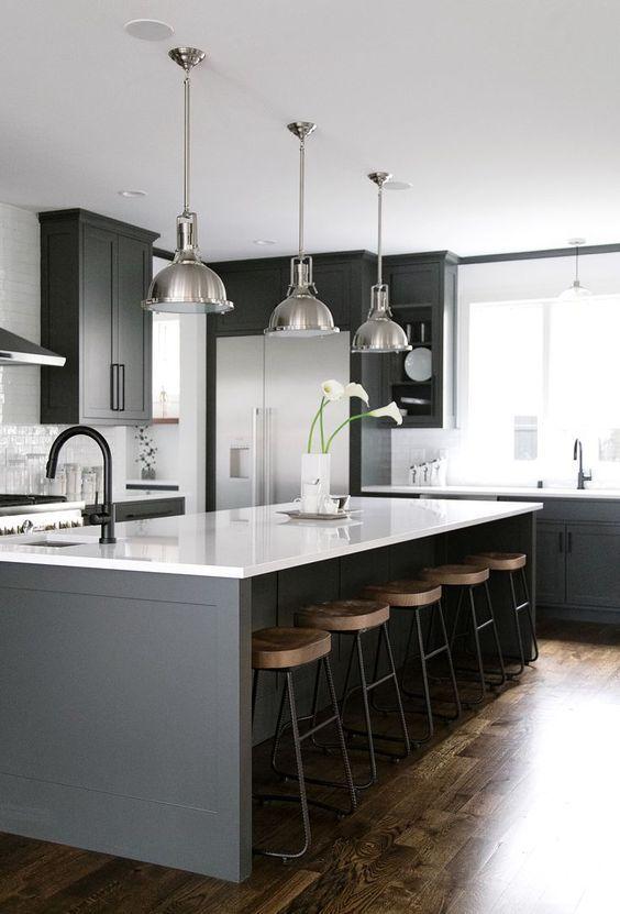 srebrne lampy wiszące industrialne nad stół w kuchni z białym blatem