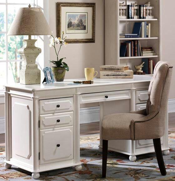 klasyczna lampa stołowa do starodawnych mebli biurowych