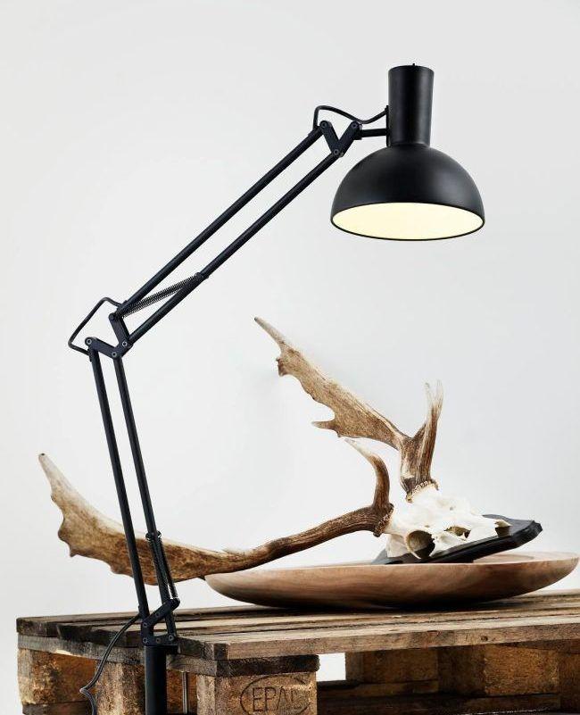 czarna lampa biurkowa na drewniany stolik