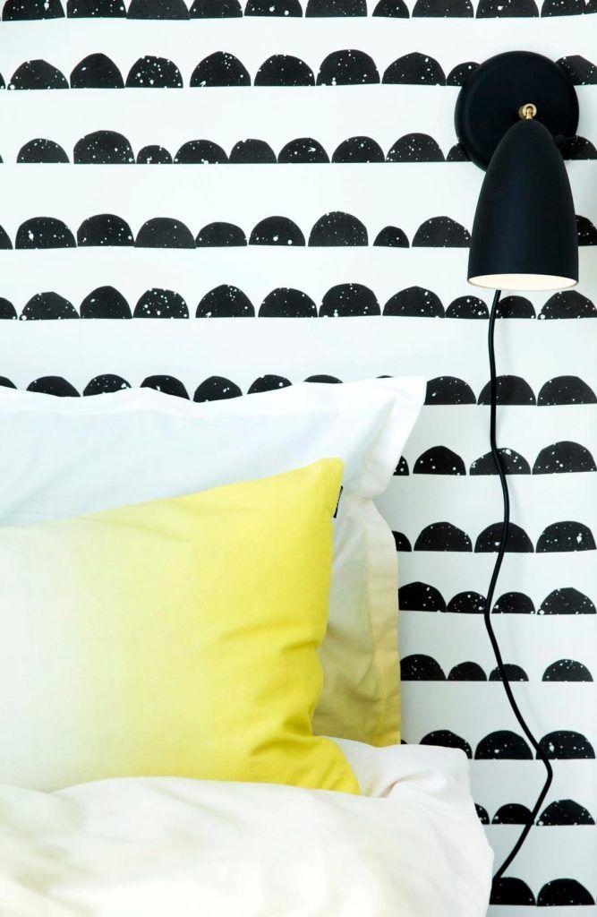 czarny kinkiet nad łóżko do czytania książek w sypialni