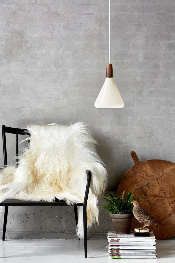 biała niewielka lampa wisząca z ciemnym drewnem