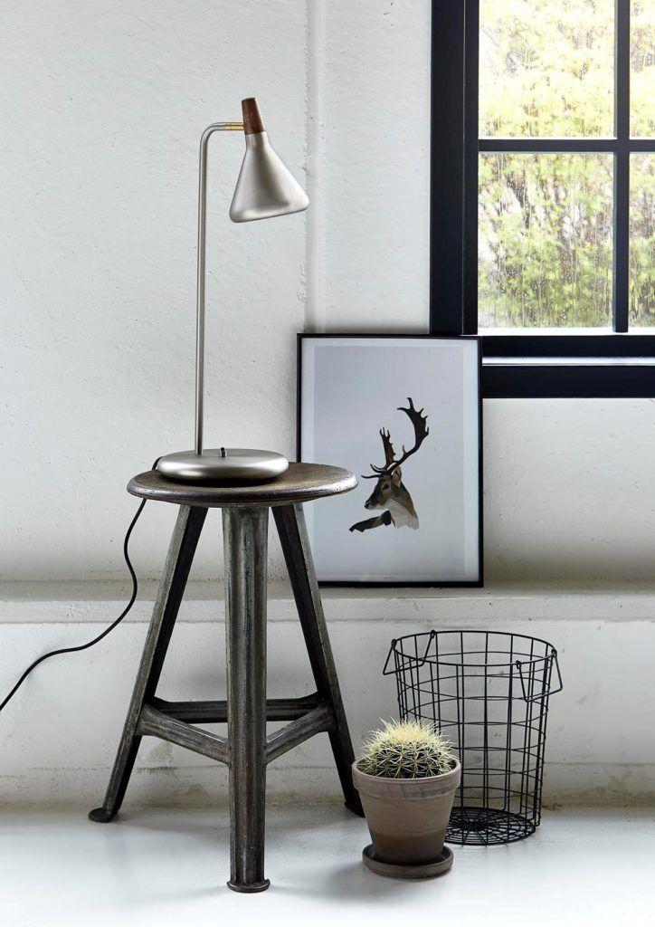 srebrna matowa lampa stołowa do czytania książek