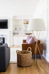 lampa podłogowa na 3 złotych nogach z białym abażurem