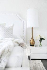 złota smukła lampa stołowa na szafkę nocną z białym kloszem