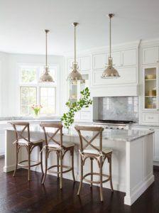 lampy złote industrialne wiszące nad stołem w kuchni