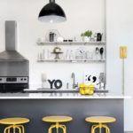biała kuchnia z kolorem