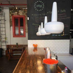 białe lampy wiszące - aranżacja kuchnia