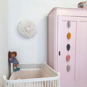 biały kinkiet z ptasich piór do pokoju dziecięcego - aranżacja