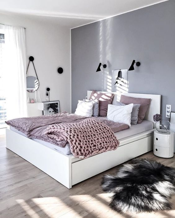 czarne kinkiety do sypialni skandynawskiej - aranżacja