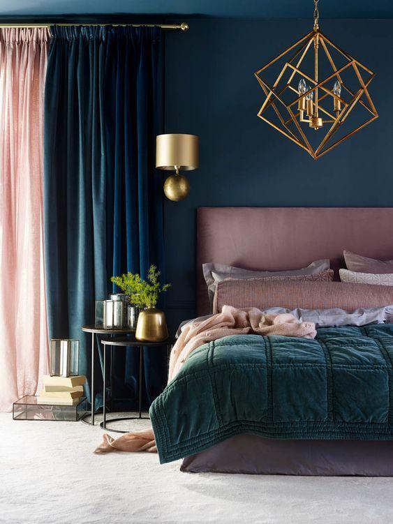 ciemna sypialnia ze złotymi dodatkami