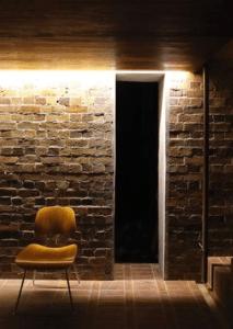 ściana z cegły oświetlenie