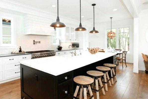 3 czarne niewielkie lampy nad blatem w kuchni