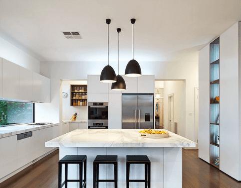 3 lampy w kuchni czarne nad białym blatem