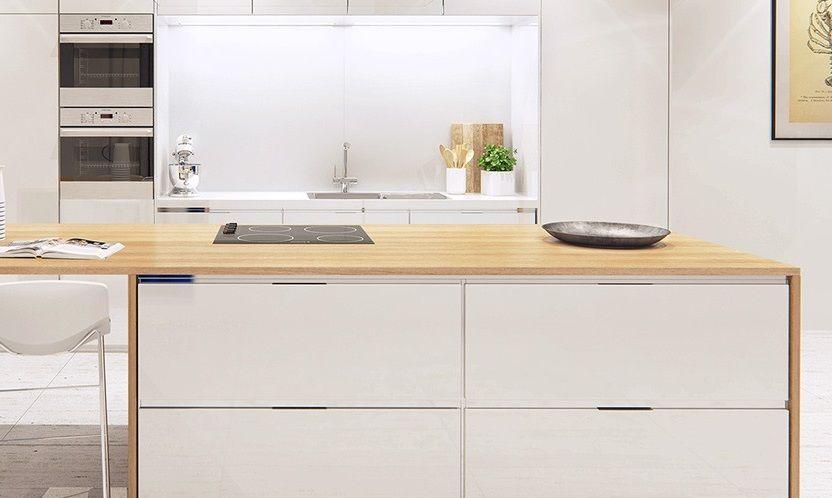 duży jasny drewniany blat w kuchni