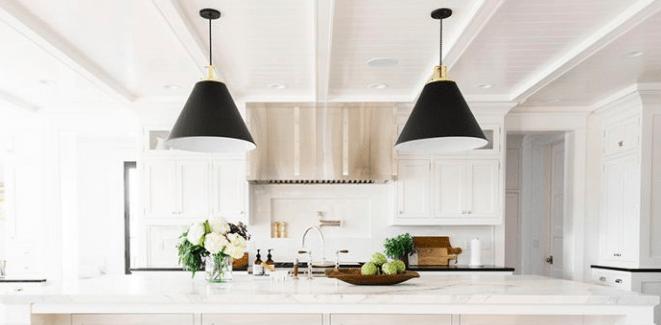 dwie duże czarne lampy wiszace w bialej kuchni - 2