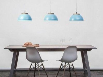 3-niebieskie-lampy-wiszące-nad-stołem-w-jadalni