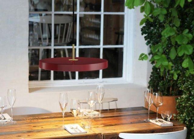 bordowo czerwona lampa wisząca led nad stół