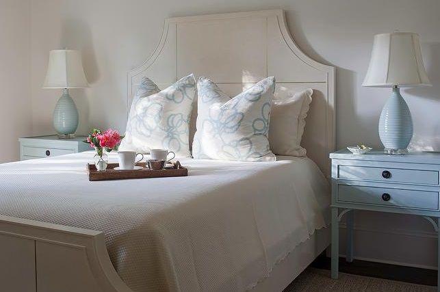 jasno-niebieskie-lampy-stołowe-w-sypialni