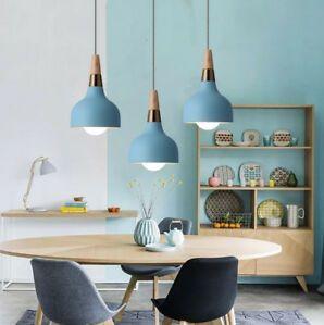 lampy-wiszące-nad-stołem-drewnianym