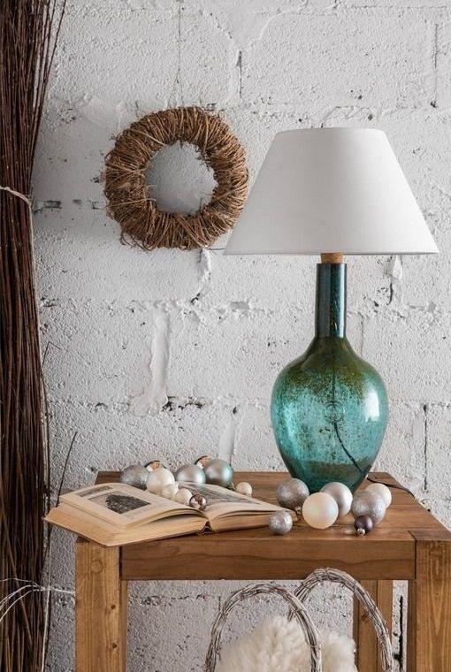 niebieska-lampa-stołowa-na-drewnianym-stoliku