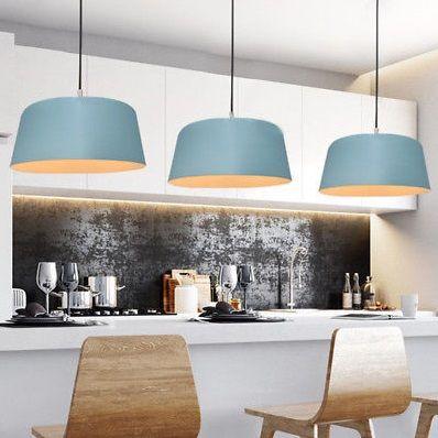 niebieskie-lampy-nad-wyspą-w-kuchni