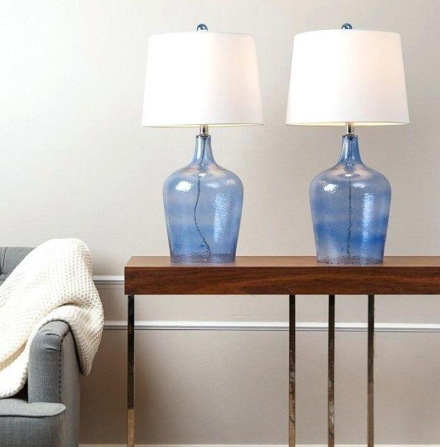 niebieskie-lampy-stołowe-na-komodzie