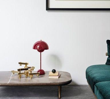nowoczesna czerwona lampa na stole aranżacja