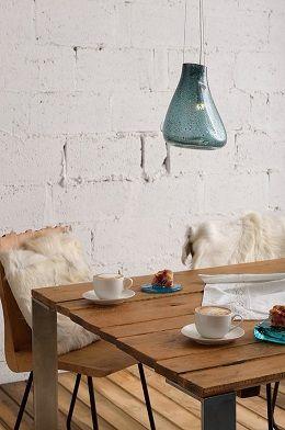 szklana-niebieska-lampa-wisząca-drewno-i-biel