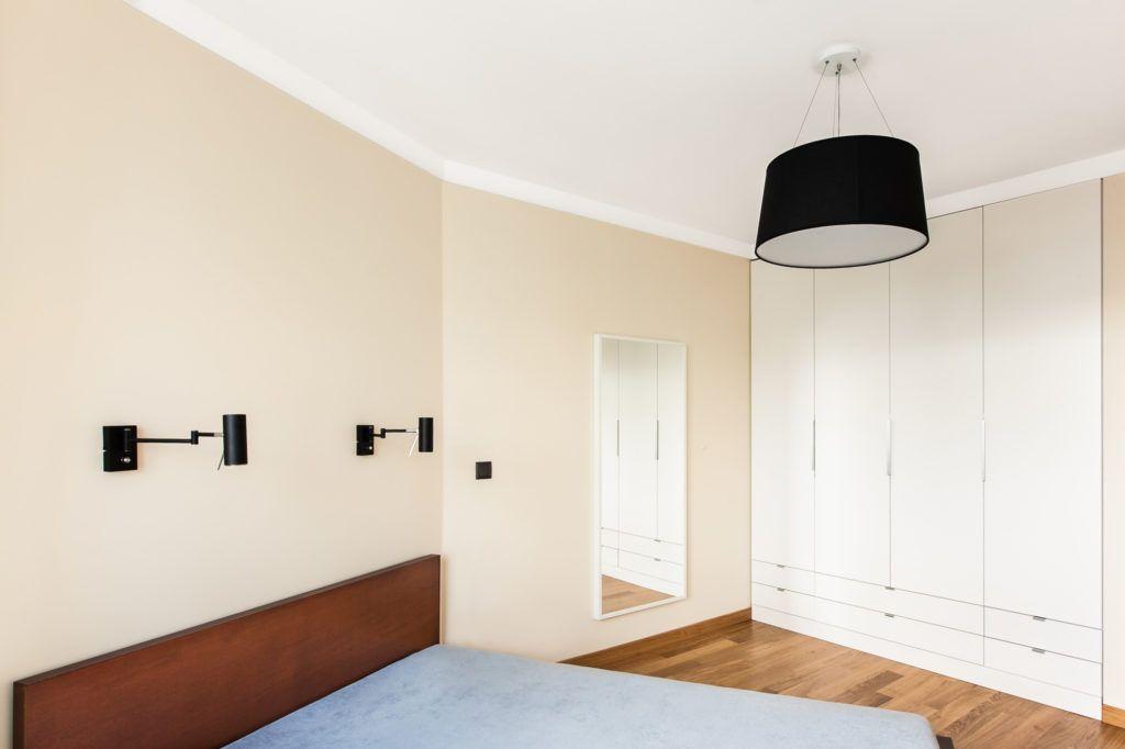 13-minimalistyczne-oświetlenie-sypialni-czarnymi-lampami