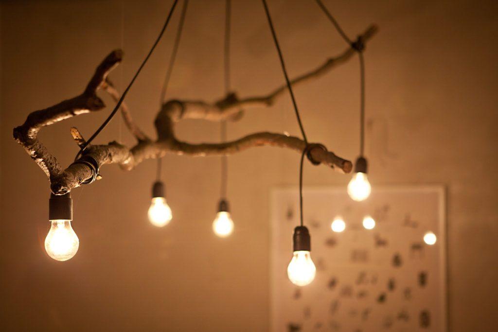 9-lampa-wiszaca-z-gałęzi-i-wiszacych-żarówek