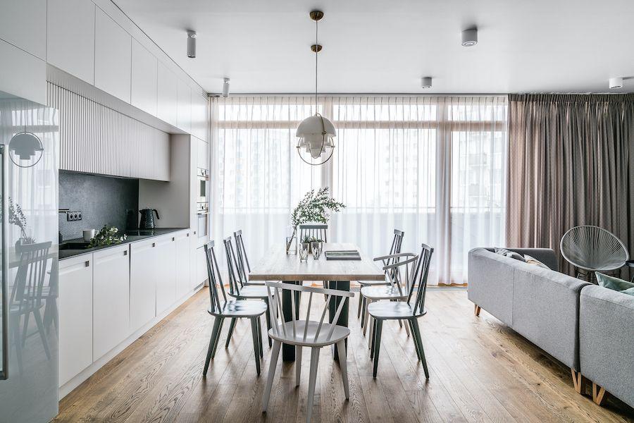 biała kuchnia z dużym stołem