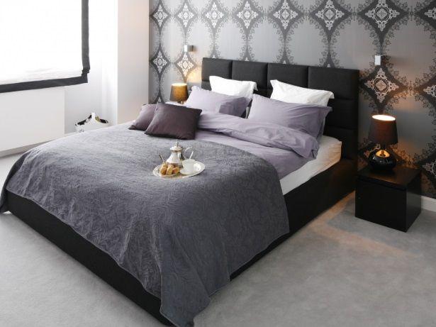 lampy stołowe do sypialni z ciemną tapetą