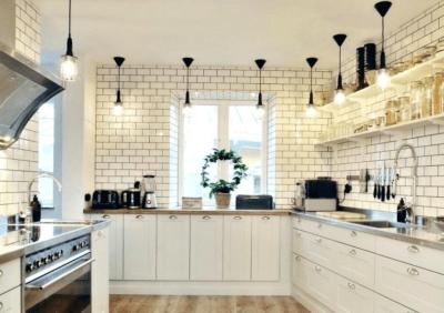Wiszące szafki kuchenne - dobór i oświetlenie
