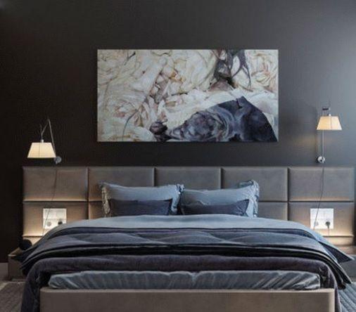 szara tapeta na ścianę w sypialni z kinkietami