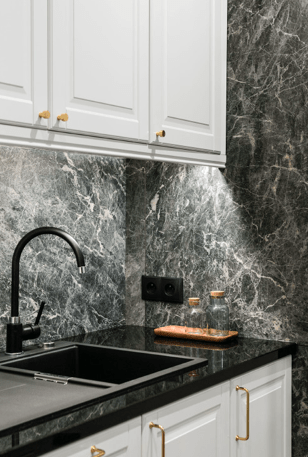 czarna kuchnia  z marmurowych backsplash